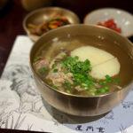 琥珀色スープが美味!ソウル「屋同食」の地鶏コムタン
